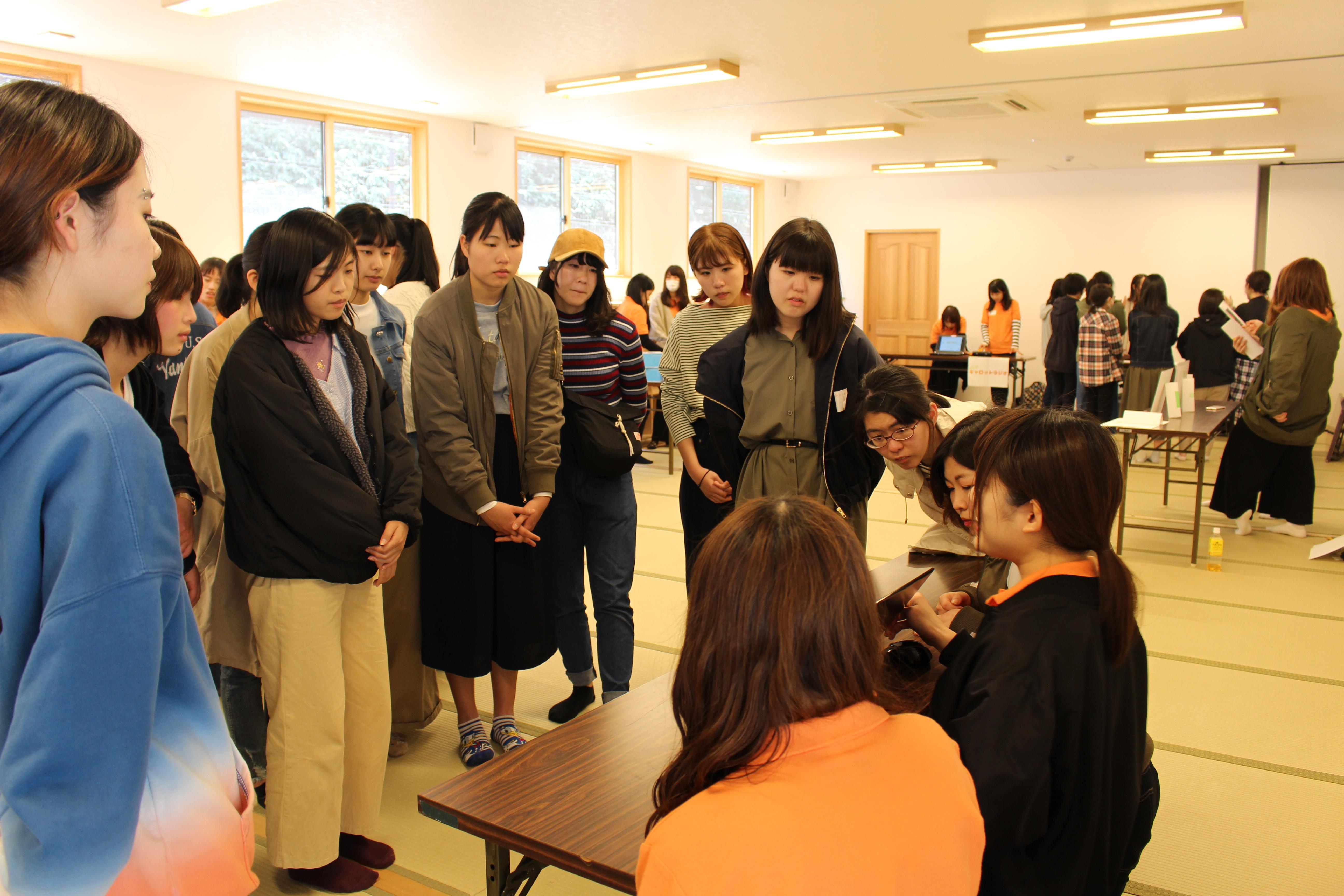 どのブースも大盛況で、先輩女子学生たちも説明に力が入ります。