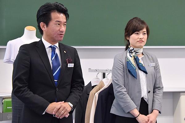 講師の森本さん(左)と金本さん(右)。「身だしなみ」「スーツ着こなしポイント」「就活マナー」の3つに要点を分けて、わかりやすく解説してくださいました。