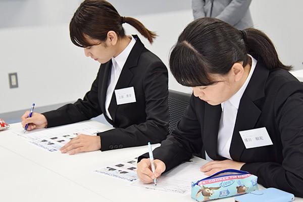 一つでも多くのことを吸収しようと熱心にメモを取る女子学生たち。