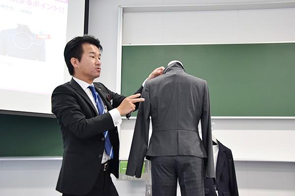 「肩幅は背中にシワが入らないサイズを選ぶこと。そうすると自然と正面もちょうどよくなります」と、解説する森本さん。