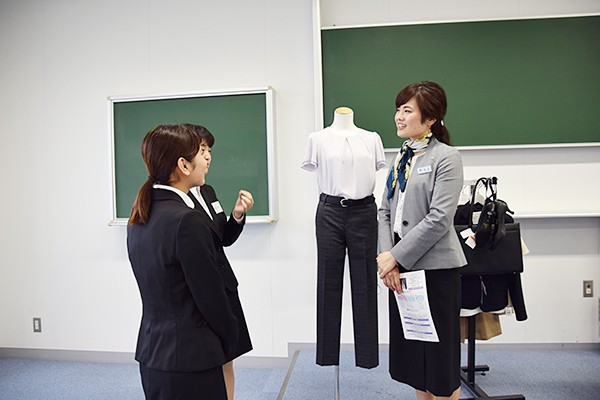 講座修了後も、積極的に講師のもとへ質問をしに行く女子学生の姿が見られました。