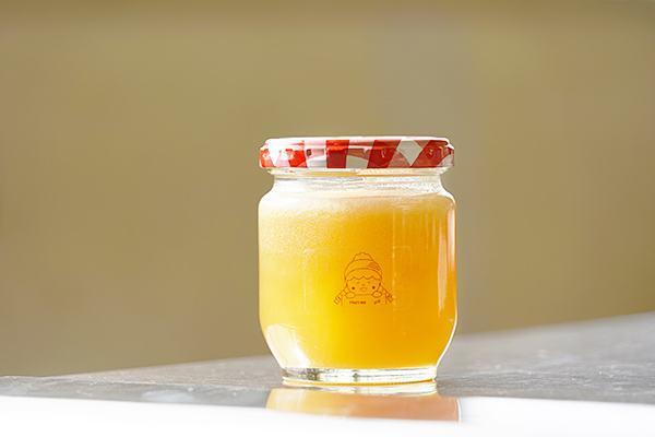 ハチミツは香り豊かで濃厚な味わいが特徴。女子学生が一つずつ量り売りしていきました。