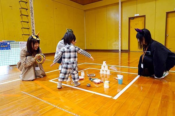 輪投げは、投げる距離や輪で狙うピンを子どもの年齢に合わせて工夫。小さい子も笑顔いっぱいで楽しんでいました。
