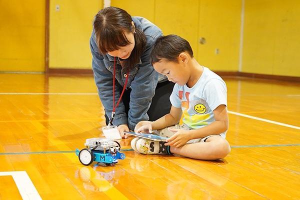 プログラミング初体験の子どもも、女子学生が教えるとすぐに理解して夢中になっていました。