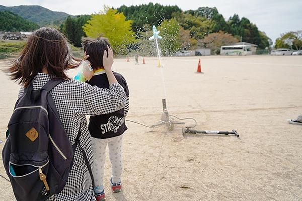 ペットボトルロケットが勢いよく発射すると、その迫力にたくさんの子どもたちが驚いていました。