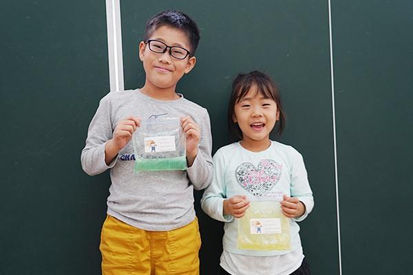 蒼太くん(左)と光咲ちゃん(右)「大学生のお姉さんたちにつくり方を教えてもらいました。とても楽しかったです」と、つくったスライムを見せてくれました。