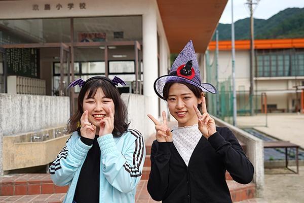 写真右が幹事長の村田さん。ハロウィンが近かったこともあり、女子学生たちは仮装をして、地域を盛り上げました。