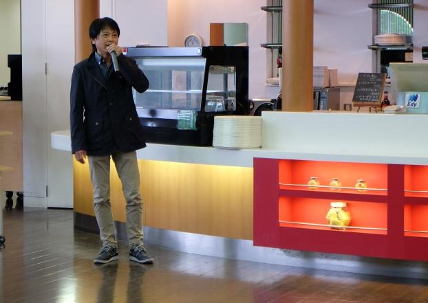 「今回の歓迎会をきっかけに先輩とのつながりを大切にしながら、有意義な学生生活を送ってください」と環境・建築系学科同窓会「五三会(いつみかい)」の平田欽也さんがあいさつ。