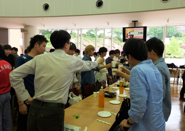 各チューターグループに分かれて、ジュースの乾杯で歓迎会スタート。チューターとは、高校でいう担任にあたるもので、学生を一定のグループに分け、有意義な学生生活を送るためにグループごとに教員と学生が交流を図ります。