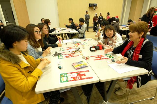 英語、日本語、そして中国語を交えて楽しく交流しながらのキャンドル作り。カティア・ヴトバ先生も参加してくださいました。