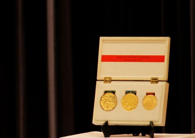 獲得した3つの金メダルを見せていただきました。