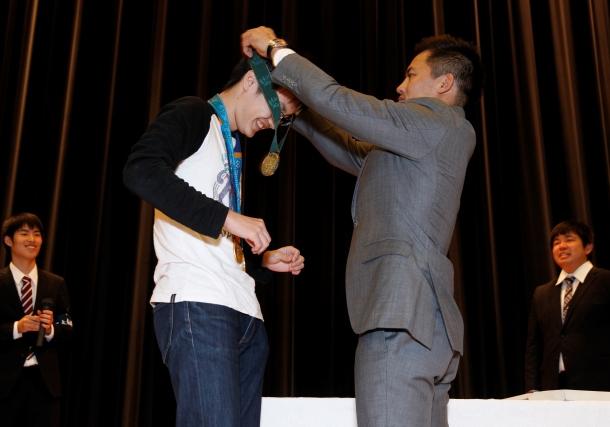 さらに、3つの金メダルを掛けさせてもらった幸運な学生も。「重かったです」と興奮の様子。