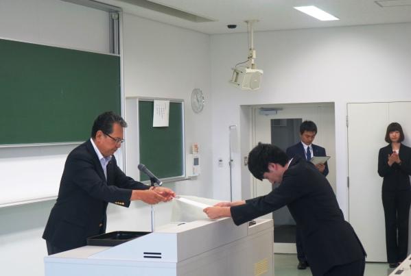 鶴学長から各団体の代表に採択通知書を授与。