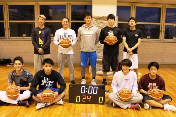 寄贈品のバスケットボールと電子掲示板。早速、バスケットボール部の練習で使っています