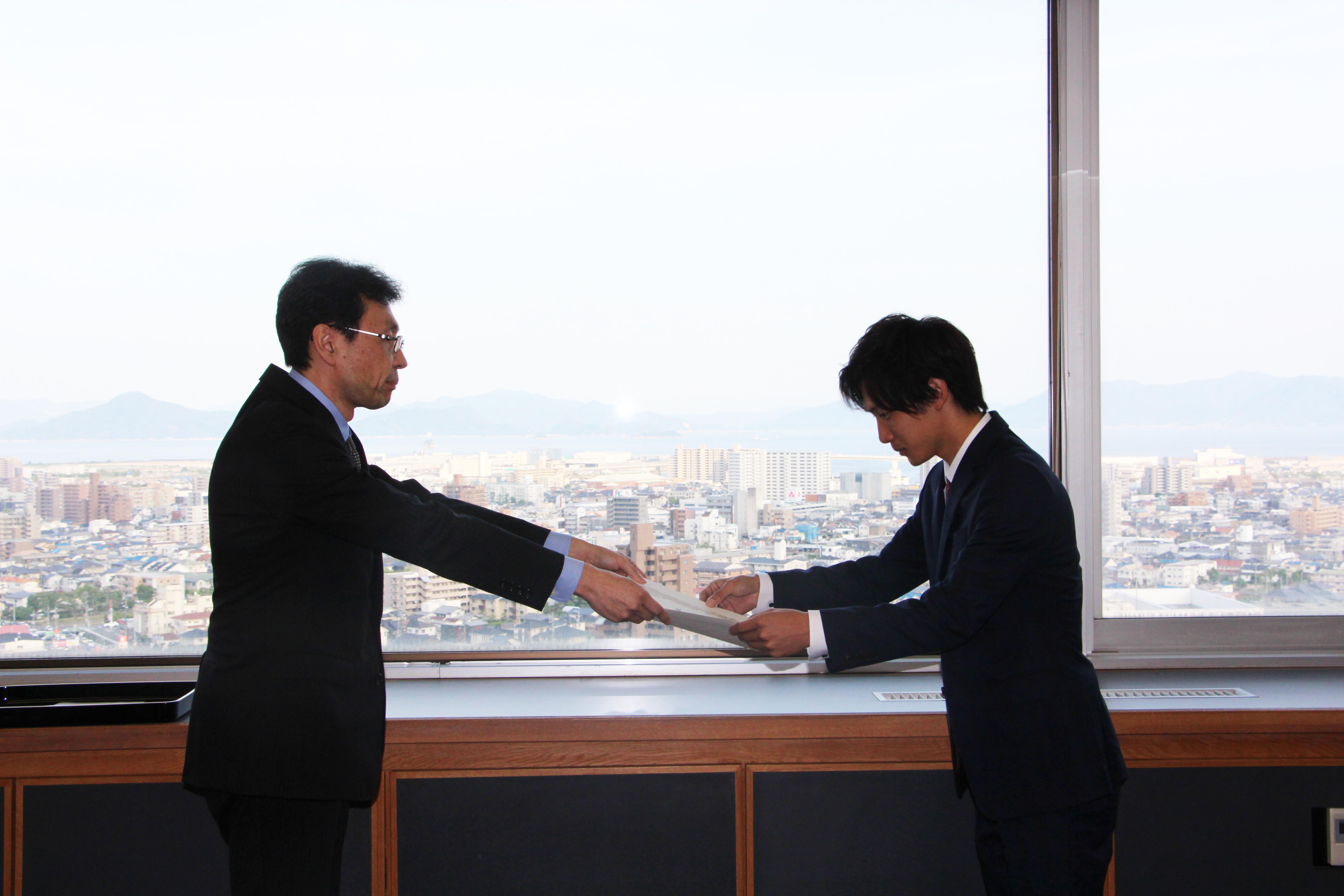 学長から表彰状を受け取る丹山さん