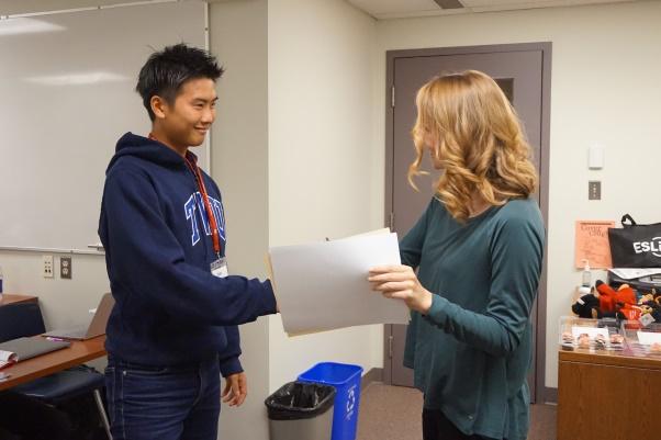 授業は月曜~金曜まで毎日、1コマ75分の授業を3コマ受け、実践的な英語力を身に付けます。最後の授業で先生から修了証を受け取る学生