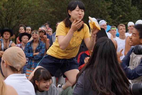 大学のアクティビティの一つ「バナナチャレンジ」という障害物レースに挑戦!一緒に留学にいった女子学生も体を張って頑張ります