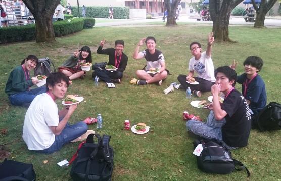 キャンパス内の芝生でランチタイム
