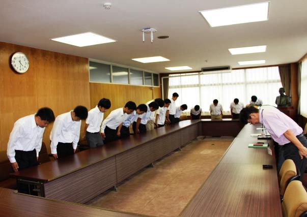 鶴学長はじめ大学関係者4名、人力飛行機同好会のメンバー16名が出席