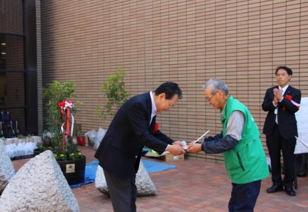 はなみどりの石田会長(右)から、広島工業大学に感謝状が贈呈されました。