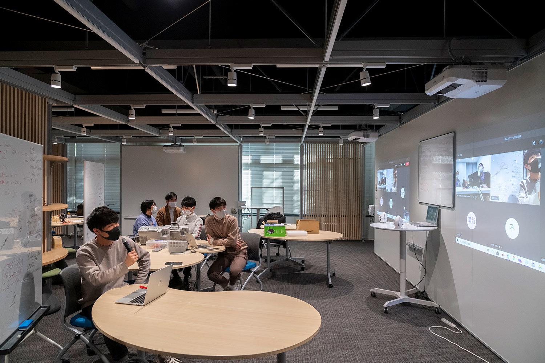 本学の「HITイノベーション・ハブ」とオムロンの会議室をオンラインでつないで講義が行われました。