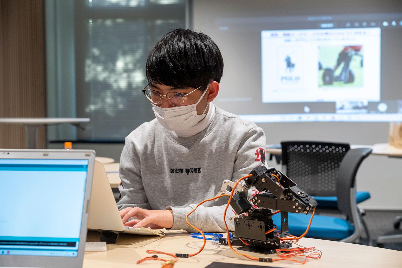 右は、組込みシステムを学ぶのに使用した模型キット。土井氏らは普段、これよりはるかに大きなスケールの産業ロボット開発に携わっています。
