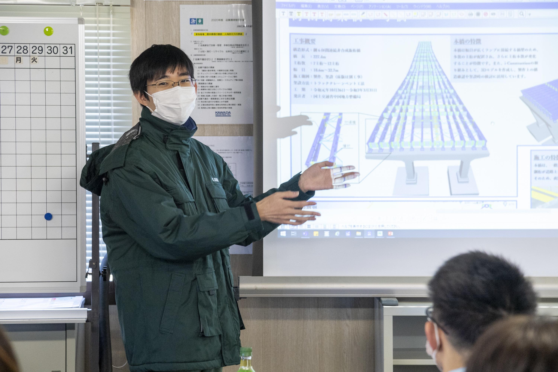 技術者の方が「 3D モデルを使って効率的に工事が進められている」と概要を説明。