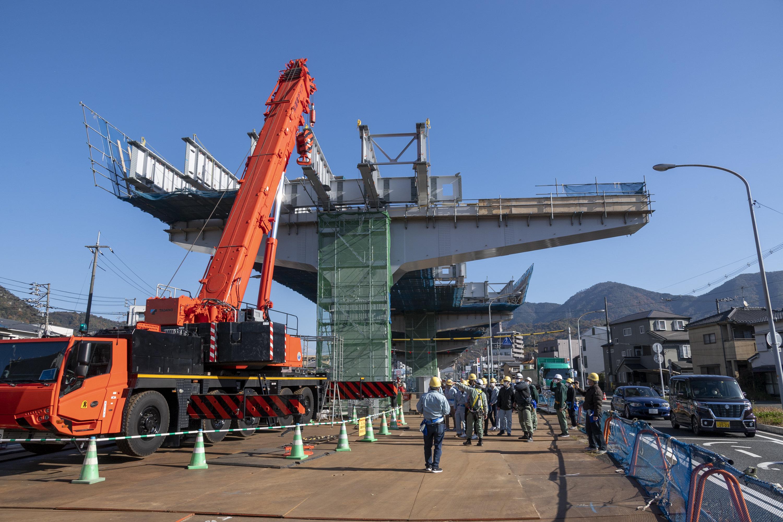 部材を220トンクレーンで吊り上げて架設します。