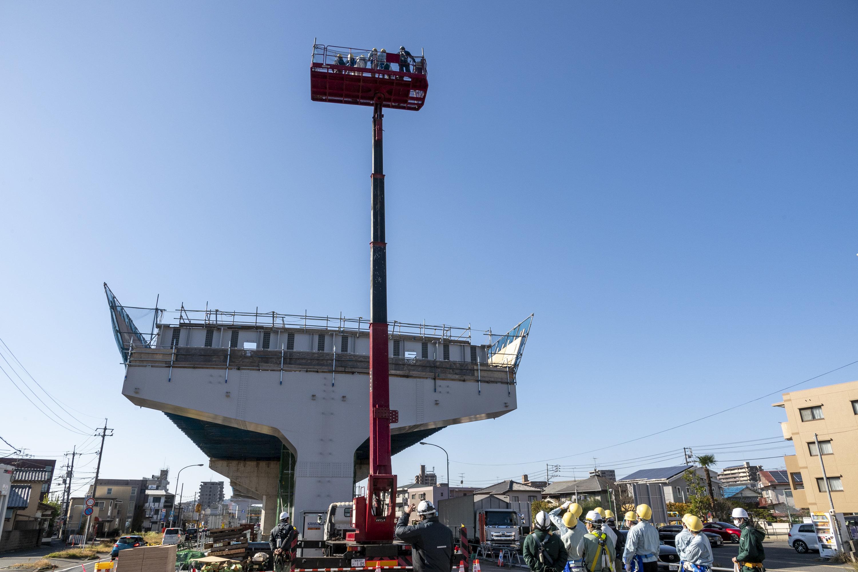 高所作業車に乗せてもらい、13m程度の高さから現場全体を見学。