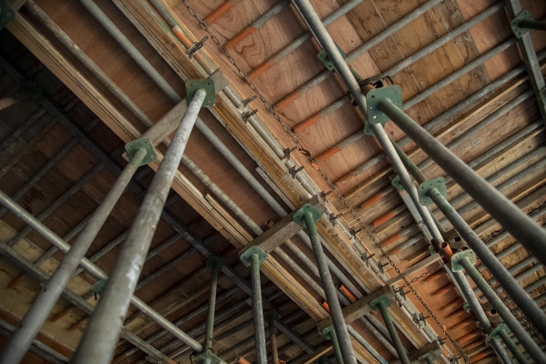 ベニヤ板と鋼管で組まれた天井部分の型枠。コンクリートを打設しても鋼管が3mm以上たわまないよう、厳密に配置されています。