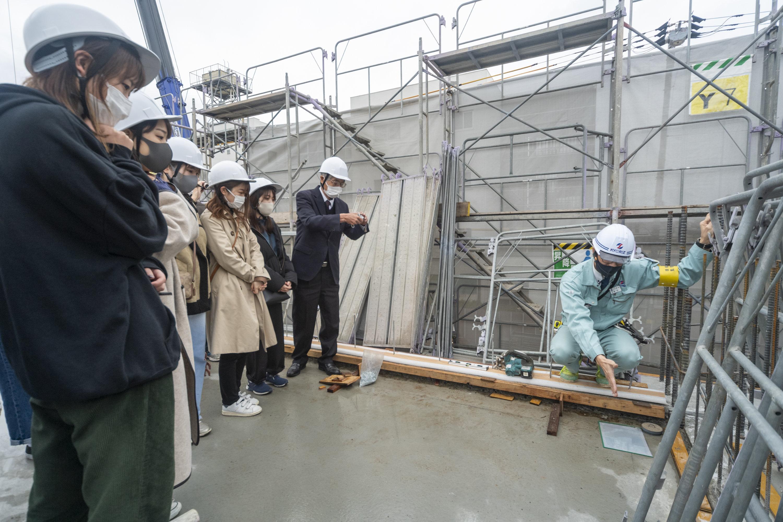 津田所長(写真右)の指の先にある白い正方形の中に、1階からのレーザー光が飛んでいます。これが2階の基準になっています。