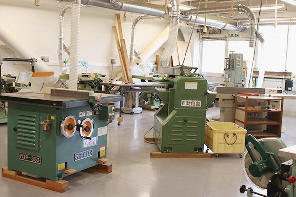 本格的な機材をそろえる木工室
