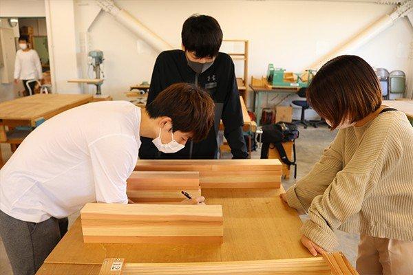 木材は広島産の杉を使用