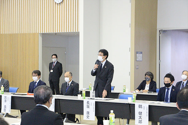 開会の挨拶を行う、長坂康史学長