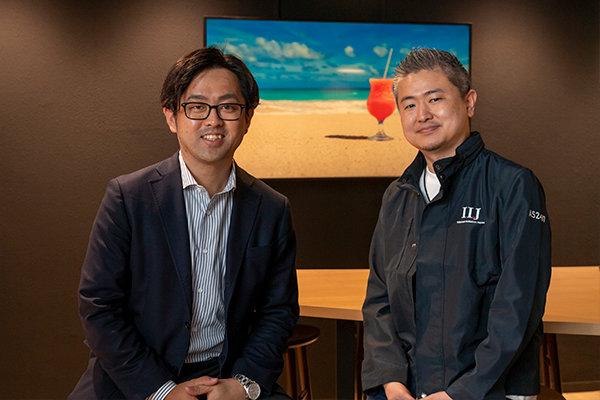 (株)インターネット・イニシアティブで営業として活躍する沖佑磨さん(左)と、ITエンジニアの山本伸介さん(右)