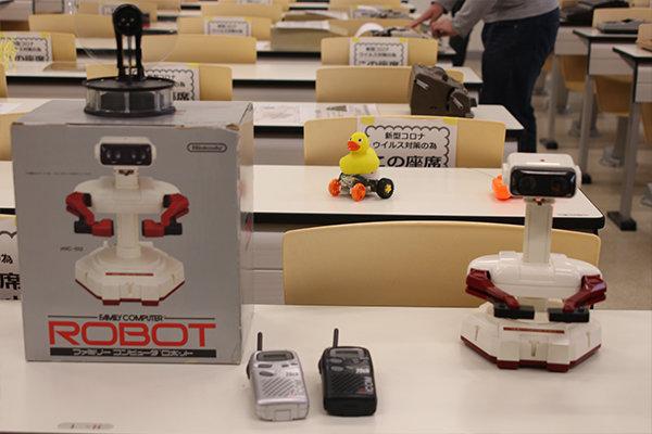 科学部では、古い電子機器や玩具、タイプライターなどを展示