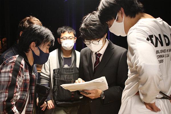学生自治会文化局の学生を中心にステージの裏方を支える
