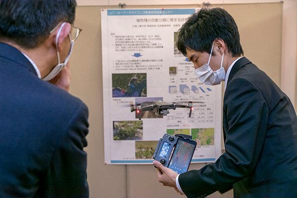 ブースでは、データサイエンスを用いた「植物種の自動分類」についての研究を学生が紹介。