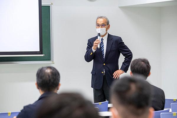 学科長の清水斉教授が「建築が社会でどんな役割を果たしているか、得た気づきをみんなに教えて欲しい」と挨拶。