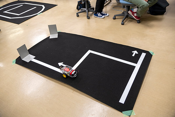 ロボットカーをコースに置いたら、後は自分達が作成したプログラムだけが頼みの綱。