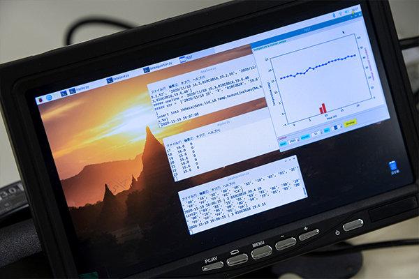 Raspberry Piという小型コンピュータでデータ収集し,結果をグラフ表示するようプログラムします。