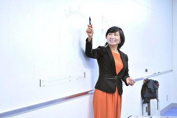 シーンに合わせたメイクの指導を得意とする講師の篠本さん