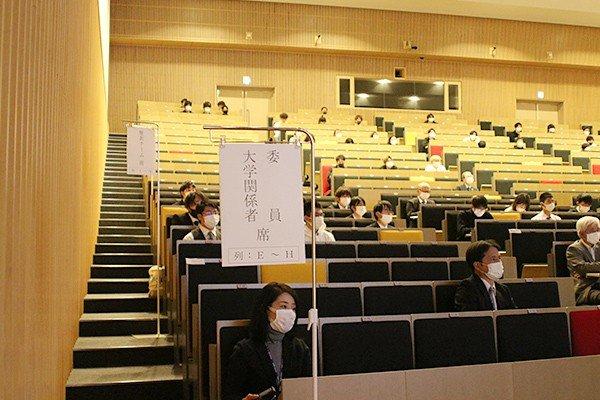 選考委員、発表チーム、見学席に分かれ、間隔を空けて着席