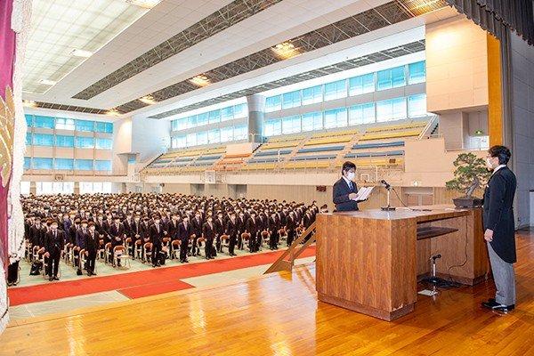 大学院・学部、それぞれ選ばれた学生が、宣誓を行った