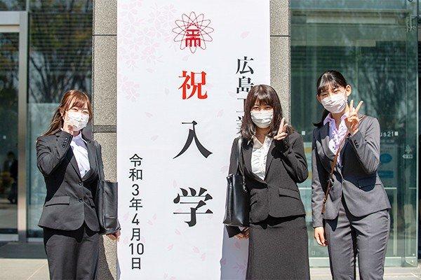 食品生命科学科に入学した、永井さん(左)、石田さん(中)、中谷さん(右)。「将来、食品関係の仕事に就くための知識を身に付けたい」(石田さん)