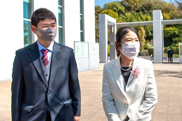 名古屋から引っ越してきた環境土木科の池田さん(左)とお母さま(右)。校内まで付き添ったお母さまは「入学宣誓式が開催されただけで感謝です。配信まであり、親としてうれしい」と語る