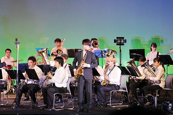 華やかな演奏で会場を盛り上げた吹奏楽部。約35人いるメンバーのうち、大学に入ってから楽器を始めた人も