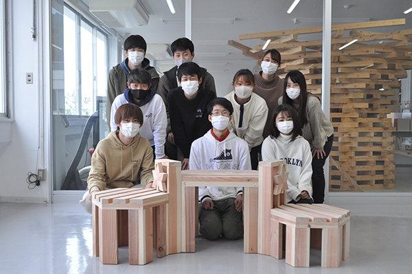 完成したベンチを前に全員で記念撮影(1班)