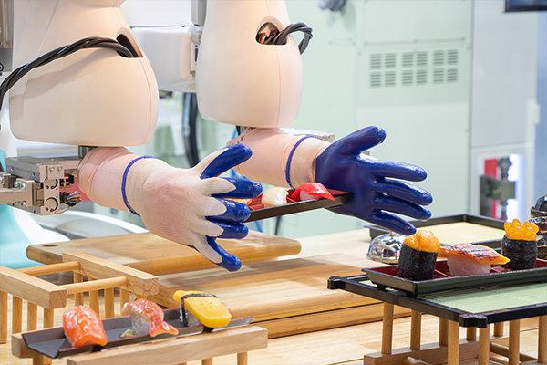 AIを活用して回転寿司の売行を予測することで、食品ロスをなくすという取り組みも始まっています。(イメージ写真)