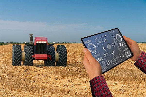 """AIで農作物の生育を管理し、無人トラクターをコントロールして収穫する""""スマート農業""""(イメージ写真)"""